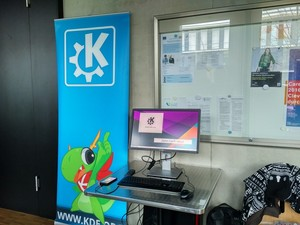 Konqi guarding the KDE booth